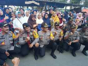 Petugas Kebersihan di Berastagi Dapat Sembako dari Kapolda Sumut
