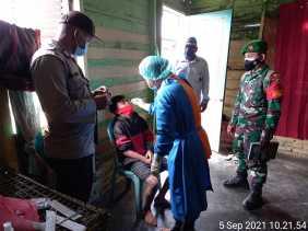 Babinsa Koramil 04/SE Dampingi Petugas Kesehatan Melaksanakan Swab pada Warga