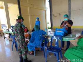 Babinsa Koramil 4/SE Pantau Vaksinasi Lansia Di Desa Brastepu