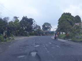 Cerita Warga Soal Akses Jalan Jamin Ginting Tepatnya di Sukamakmur yang Rusak Parah