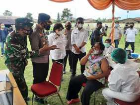 Sambut HUT Bhayangkara ke-75, Polres Tanah Karo Gelar Vaksinasi Massal Covid-19