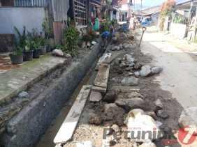 Duga Tanpa Plang Nama, Seorang Warga Pertanyakan Proyek Drenaise di Gang Merek (Berastagi)