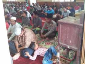 Kompol Aron Siahaan Salat Juma't Berjamaah Dengan Masyarakat di Masjid Istihrar