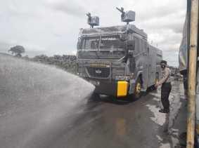Mobil Water Canon Milik Polres Karo Bersihkan Debu Vulkanik Erupsi Sinabung di Desa yang Terdampak