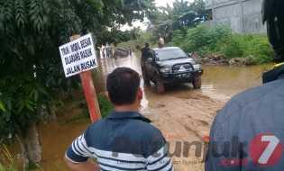 Jalan Terendam Air, Mobil Double Cabin Terjebak Banjir