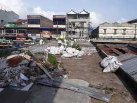 Ada Sampah Berserakan Diatas Atap Gedung Pasar Berastagi, Ini Reaksi Kepala Disperindag Karo
