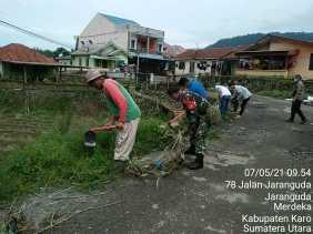Jumat Bersih, Koramil 04/SE Lestarikan Budaya Gotong Royong di Desa Jaranguda