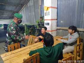 Komsos Dengan Warga Binaan, Babinsa Koramil 04/SE Ingatkan Tetap Pakai Masker