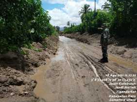 Kaki Gunung Sinabung Dibersihkan dari Material Banjir Lahar Dingin , Danramil Sampaikan Ini