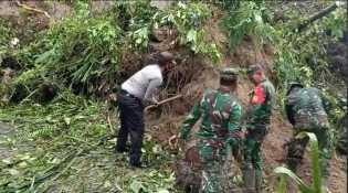 TNI - Polri Bantu Warga Bersihkan Tanah Longsor di Desa Ujungtran