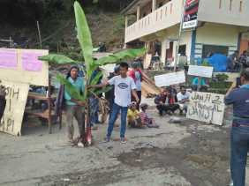 Demo Ratusan Masyarakat ke DTW Air Panas Semangat Gunung Tuntut Perbaikan Jalan Rusak