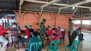Bhabinkamtibmas Polsek Simpang Empat dan Babinsa Bersinergi Pantau Vaksinasi Covid-19