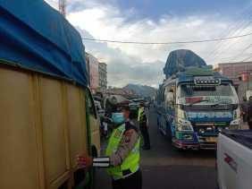 Tak kenal lelah, Satlantas Polres Tanah Karo lakukan pengaturan lalu lintas di sore hari
