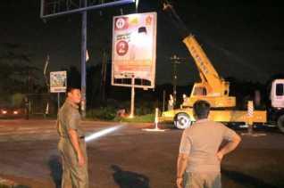 Satpol PP Pekanbaru Tertibkan Lima Tiang Reklame Tak Berizin