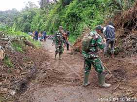 Personil Koramil 04/SE Bersama Warga Bersihkan Material Longsor di Desa Cintarayat