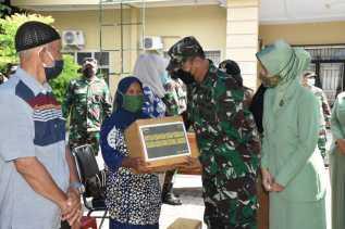 Danrem 023/KS Kolonel Inf Febriel B Sikumbang Berikan Bantuan Kepada Korban Kebakaran