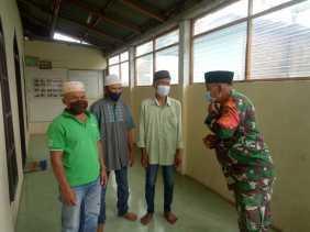 Shalat Jumat Diwilayah Binaan, Ini Yang Dilakukan Babinsa Serma Zulkarnain