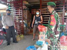 Babinsa Koramil 09/LB Ingatkan Penjual dan Pembeli di Pasar Patuhi Protokol Kesehatan