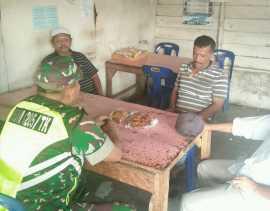 Komsos di Warung, Babinsa Imbau Warga Binaannya di Desa Munthe Jaga Persatuan dan Kesatuan