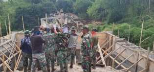 Meski Hari Merah, Satgas TMMD Kodim 0205/TK Tetap Beraktivitas Bangun Jembatan di Kacaribu