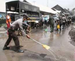 Erupsi Sinabung, Polres Karo Berikan Bantuan Sembako ke Desa Tiga Pancur dan Dusun Sibintun