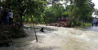 Ketinggiaan Air Capai 30 - 50 CM: Sungai Pemali Meluap, Jalur Brebes-Jatibarang Terendam