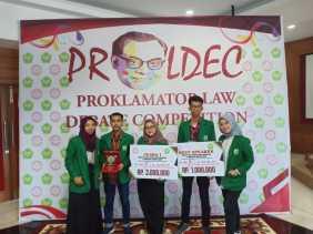 Harumkan Nama Hukum Unand, Esi El Star Bersama Rekannya Juara Debat Antar Universitas se- Sumbar