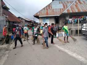 Karang Taruna Desa Sadaperarih Gotong Royong Bersihkan Jalan Desa
