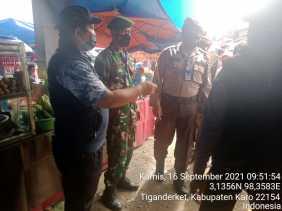 Pantau Pasar Tradisional Babinsa 05/PY dan Bhabinkamtibmas Himbau Agar Terapkan Protokol Kesehatan