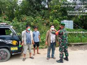 Peduli Sesama, Babinsa Koramil 07/JH Bagikan Dan Pakaikan Masker Kepada Warga