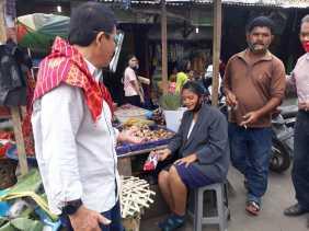 Prihatin, Calon Bupati Karo Iwan Depari Membagikan Masker Kepada Warga di Berastagi