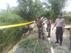 Akses Jalan Longsor, Polsek Simpang Empat dan Koramil/04 Pasang Police Line di Desa Lingga Julu