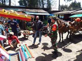 Babinsa Koramil 03/BT Sosialisasi Protokes ke Para Pengunjung dan Pedagang di Pasar Buah Berastagi