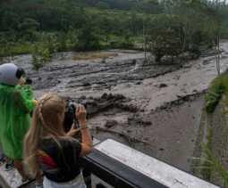 Informasi Terkini: Lahar Hujan Gunung Agung Mengalir ke Dua Sungai