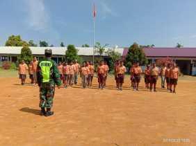 Babinsa Salurkan Pengetahuan Wawasan Kebangsaan dan PBB ke Puluhan Siswa/i SMPN 2 Juhar