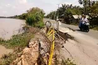 Diduga Akibat Mobil Tonase Berat, Jalan Rengat - Tembilahan Rusak Parah