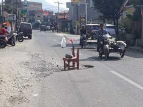 Ini Kata Warga Soal Kursi Diletakkan Diatas Jalan Rusak dan Berlubang di Jalan Udara (Berastagi)...