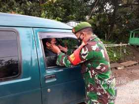 Ingatkan Warga Pentingnya Prokes, Babinsa Koramil 07/JH Bagikan Masker