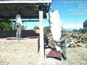 Ringankan Beban Warga, Babinsa Koramil 06/MT Bantu Bangun Kuburan