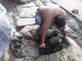 Sudah 4 Kali Dilanda Banjir, Warga Bersihkan Parit Didepan Kantor Lurah TL  Mulgap II Berastagi