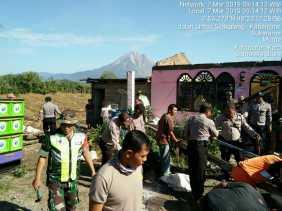 Koramil 06/Munte, Polsek Munthe bersama Warga Bersihkan Rumah yang Diterjang Puting Beliung