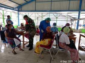 Babinsa Koramil Jajaran Kodim 0205/TK Terus Kawal Kegiatan Vaksinasi