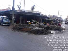 Tanah Galian dari Drainase di Jalan Penghubung (Berastagi) 'Ganggu' Pengguna Jalan