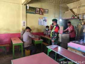 Babinsa Koramil 08/TB Komsos Dengan Masyarakat Untuk Sosialisasikan Protokol Kesehatan