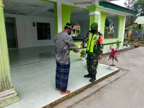 Babinsa Kertonatan Koramil 05/PY Pantau Penerapan Prokes 5 M Sholat Jumat