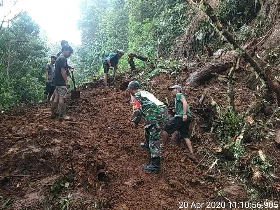Babinsa Koramil 04/SE - Warga Gotong Royong Bersihkan Material Longsor di Semangat Gunung