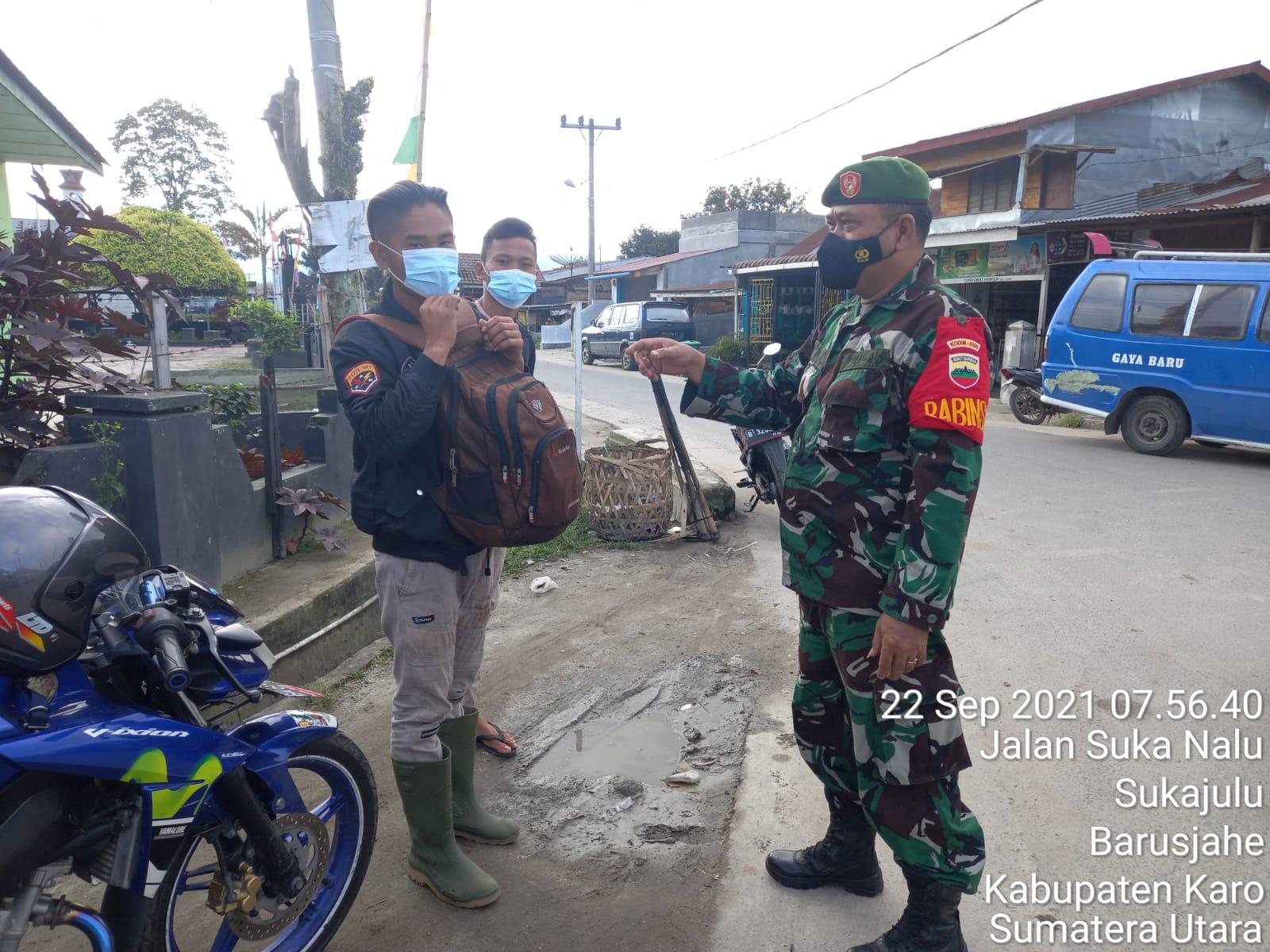 Selalu Ingatkan Warganya Pakai Masker, Babinsa Koramil 01/BJ Gencar Sosialisasikan Protokol Kesehata