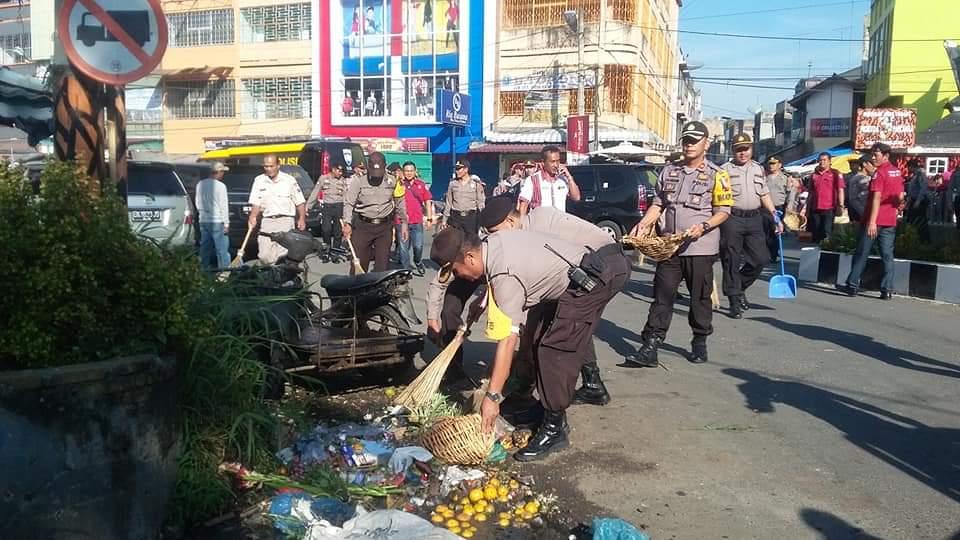 Waka Polres Karo Pimpin Gotong Royong Bersihkan Mapolres dan Pasar Kabanjahe