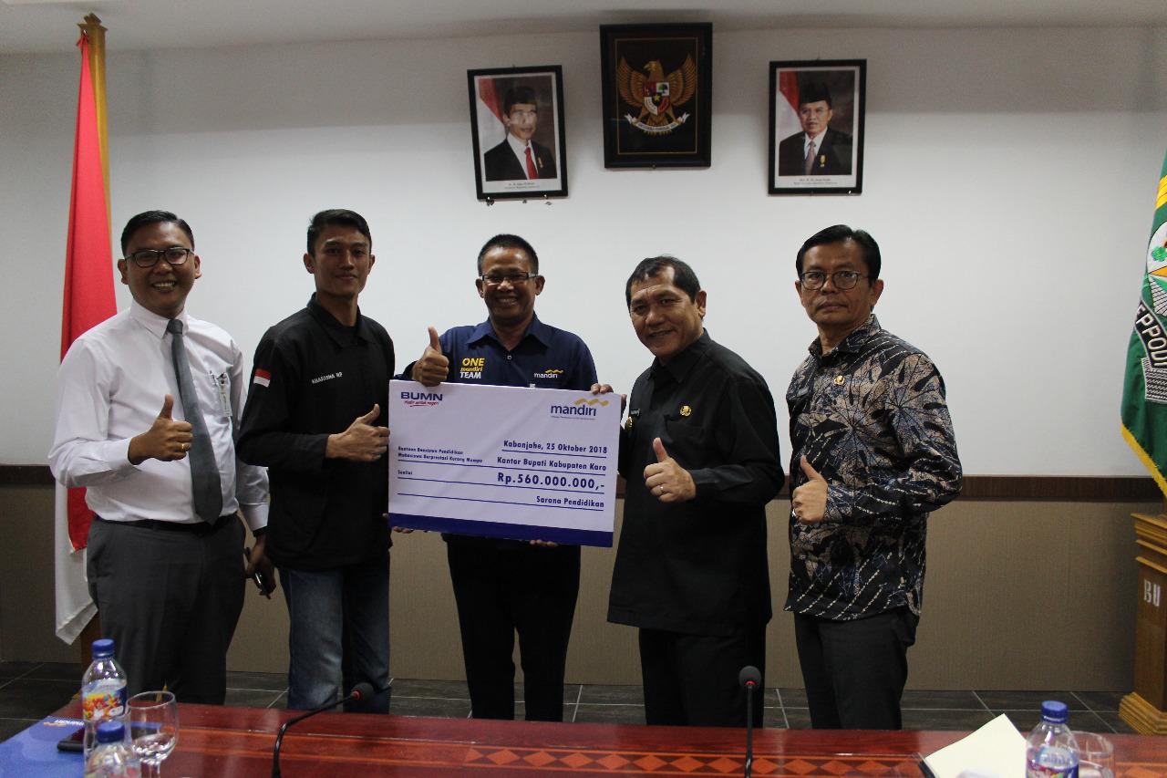 Bupati Terima Bantuan Beasiswa Bank Mandiri Untuk Mahasiswa Terkena Erupsi Sinabung